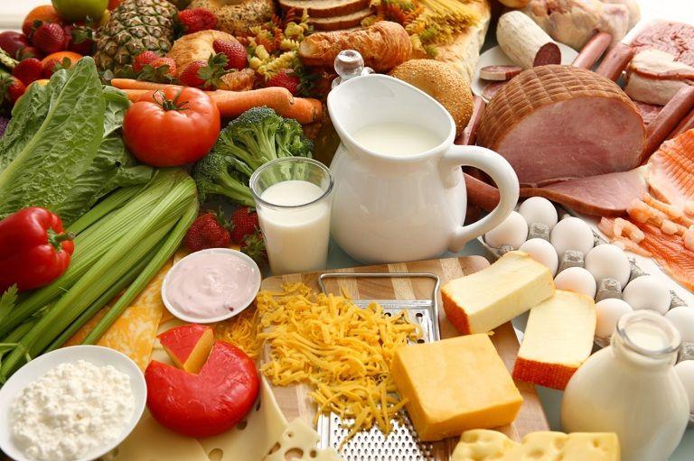 Mẹ nên ăn nhiều thực phẩm giàu dưỡng chất giúp trẻ sơ sinh tăng cường sức đề kháng