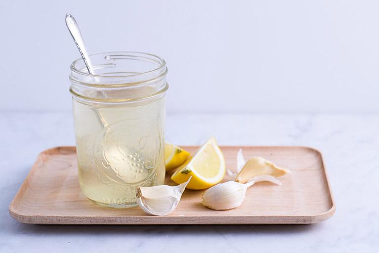 Dùng trà tỏi ấm giúp làm giảm nghẹt mũi, sổ mũi, ho và tình trạng ngứa rát ở cổ họng