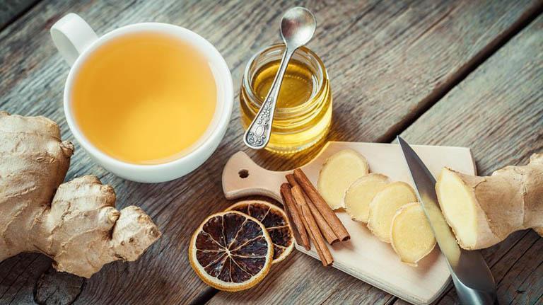 Có thể chữa viêm họng bằng mật ong một mình, hoặc kết hợp với các nguyên liệu khác