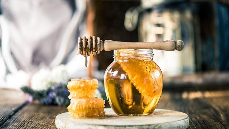 Có rất nhiều cách chữa viêm họng bằng lá mơ, một trong số đó là kết hợp với mật ong