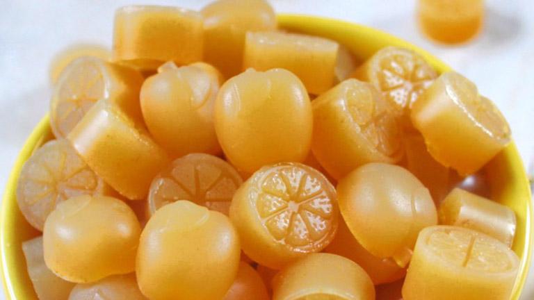 Các bà mẹ phương Tây thường làm kẹo dẻo từ mật ong manuka để trị ho cho con