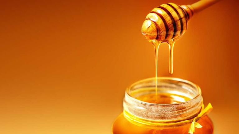 Mật ong có tính kháng khuẩn mạnh nên thường xuyên được áp dụng để trị bệnh