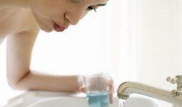 Súc miệng với nước muối là cách chữa viêm họng hạt tại nhà hiệu quả