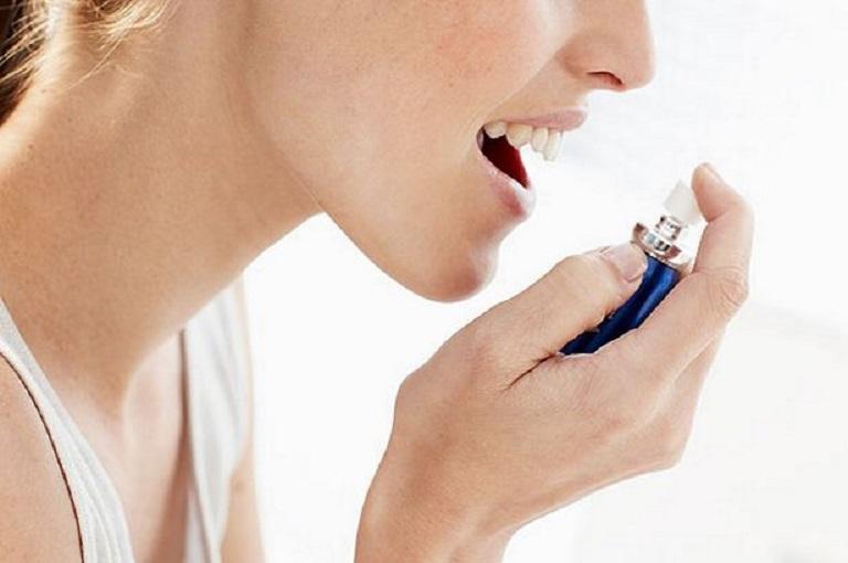 Thuốc xịt họng tác dụng nhanh chóng, làm giảm hiện tượng đau họng khi nuốt bên trái