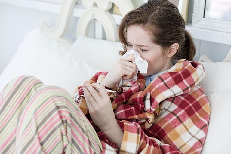 Cảm cúm gây đau họng, sốt, nhức đầu, hắt hơi sổ mũi,...