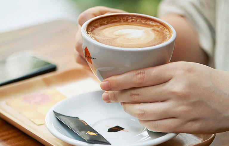 Caffeine trong cà phê có thể khiến nhu động ruột chậm và làm tăng nồng độ axit trong dịch vị