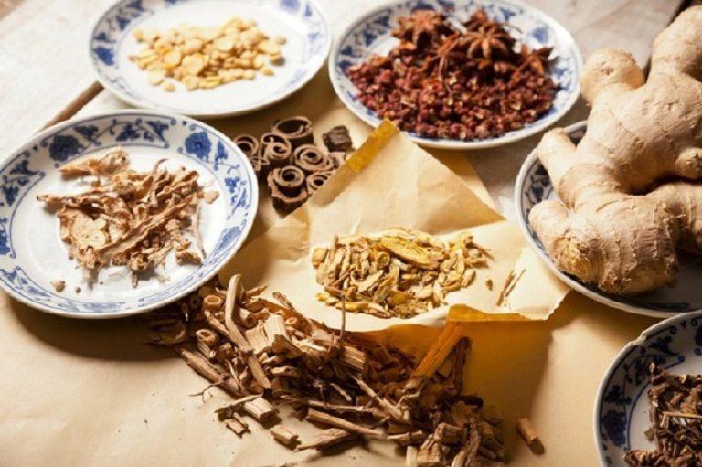 Sử dụng thảo dược Đông y cũng là phương pháp trị bệnh được nhiều người bệnh lựa chọn vì an toàn, không tác dụng phụ