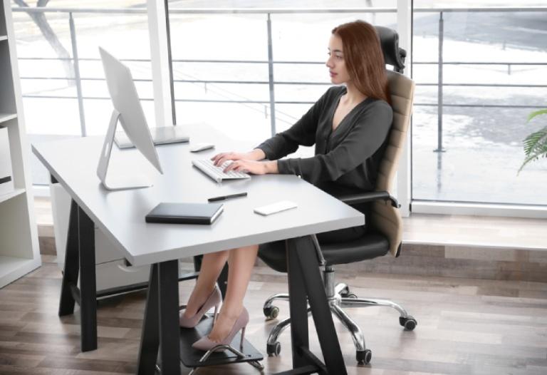 Nên ngồi làm việc đúng tư thế giúp bảo vệ cột sống và ngăn ngừa bệnh lý thoái hóa