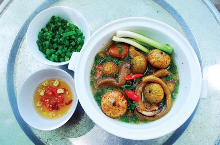 Lươn om sung và nghệ là món ăn có tác dụng rất tốt đối với những người bị viêm loét dạ dày