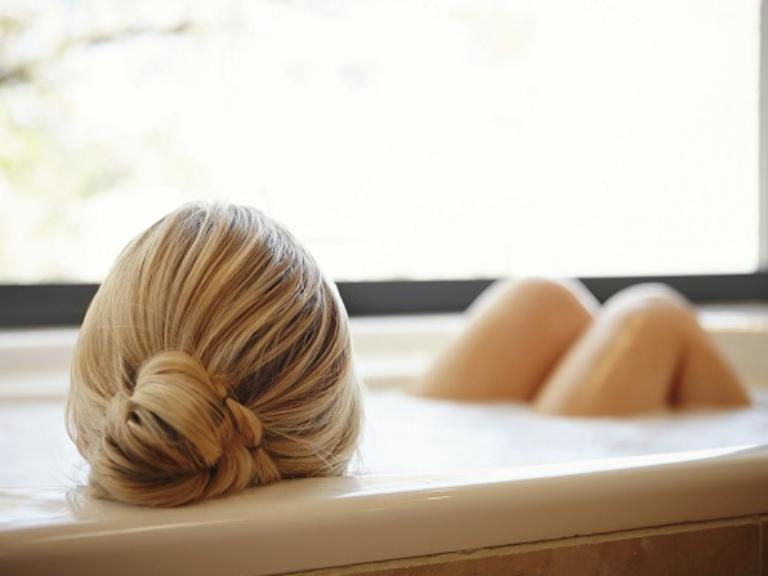 Tắm và ngâm hậu môn trong nước ấm giúp giảm sưng viêm và thu nhỏ kích thước búi trĩ