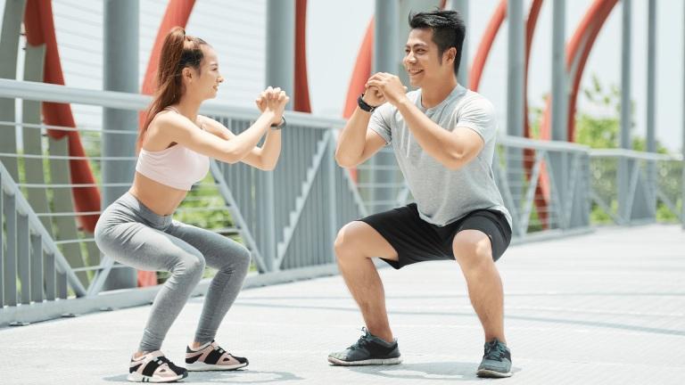 Squat giúp cải thiện sức mạnh của hệ cơ bắp xung quanh khớp gối