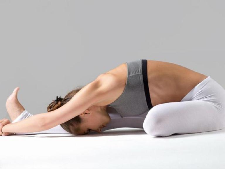 Janu Sirsasana cũng là bài tập yoga dễ tập tại nhà