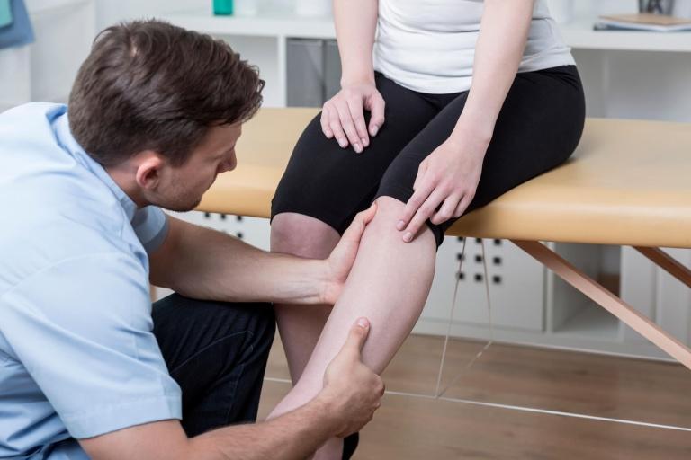 Thăm khám để được hướng dẫn điều trị chuyên khoa khi bị đau khớp gối