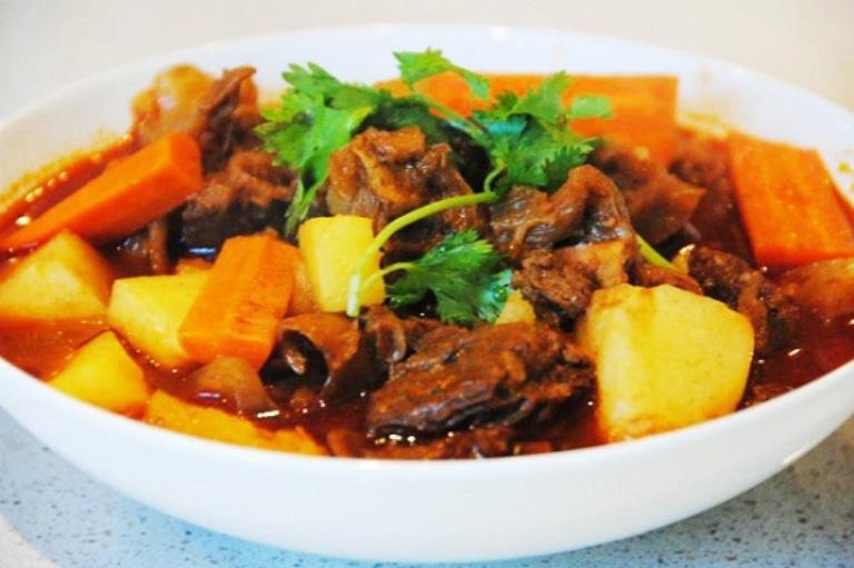 Thịt dê hầm cà rốt là món ăn bài thuốc có tác dụng hỗ trợ điều trị bệnh thoát vị đĩa đệm