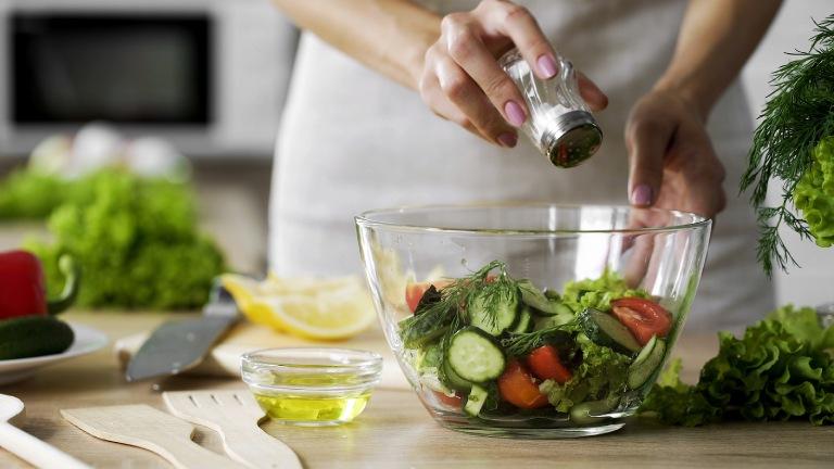 Người bị thoát vị đĩa đệm nên hình thành cho bản thân chế độ ăn uống khoa học