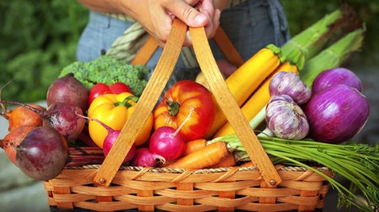 Người bệnh nên tăng cường ăn nhiều rau xanh và trái cây tươi để bổ sung vitamin cho cơ thể