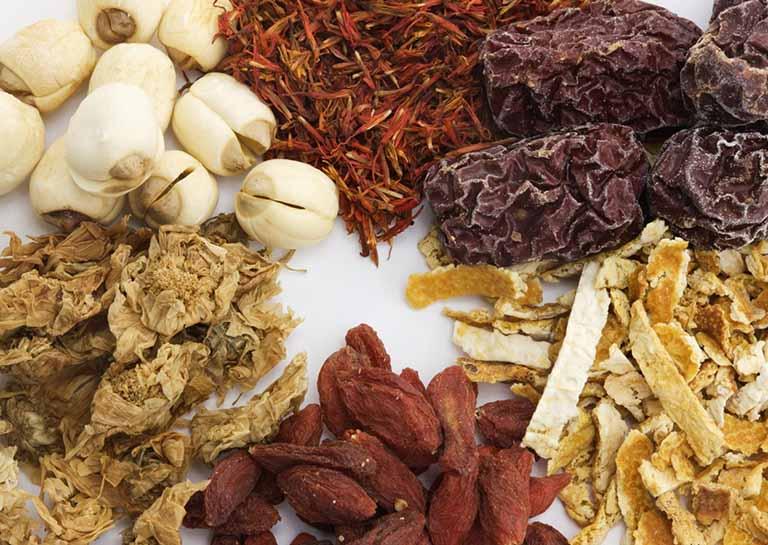 Để chữa viêm thanh quản mất tiếng, Đông y sẽ sử dụng các thảo dược tự nhiên, an toàn và hiệu quả