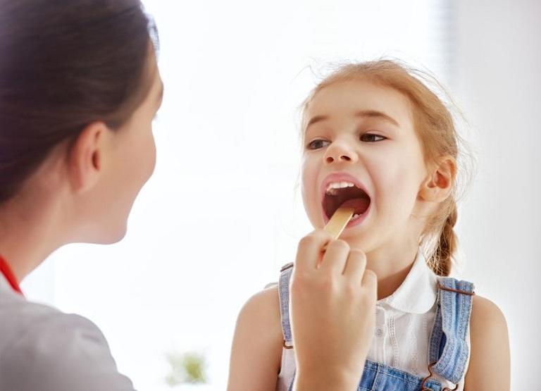 Trẻ có triệu chứng ho khan, ho đờm, sổ mũi do viêm họng kéo dài