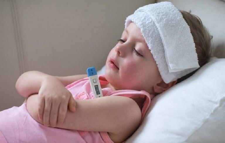 Trẻ bị ho và sốt nhẹ là triệu chứng cảnh báo nhiều căn bệnh về đường hô hấp
