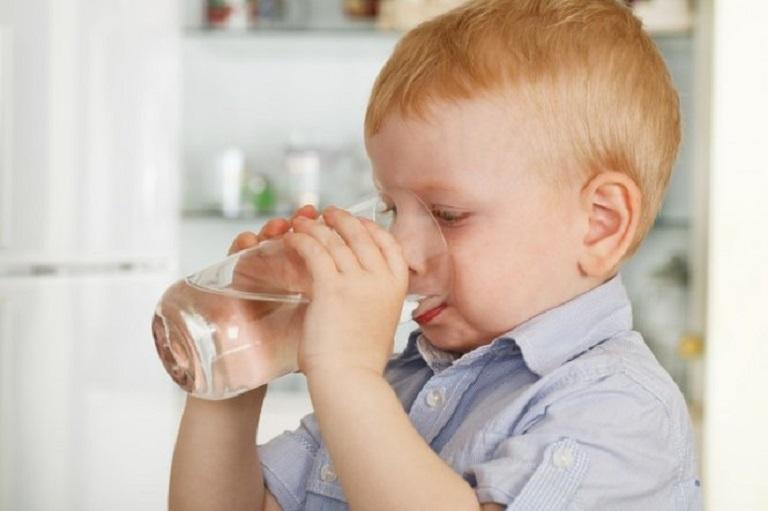 Uống nhiều nước giúp duy trì hoạt động trao đổi chất của cơ thể và tăng đề kháng