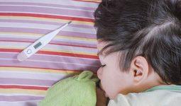 Trẻ bị viêm họng cấp sốt cao có thể cảnh báo nhiều nguy hiểm