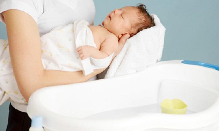 Phụ huynh không tắm cho con quá lâu và không tắm sau 16h00 chiều