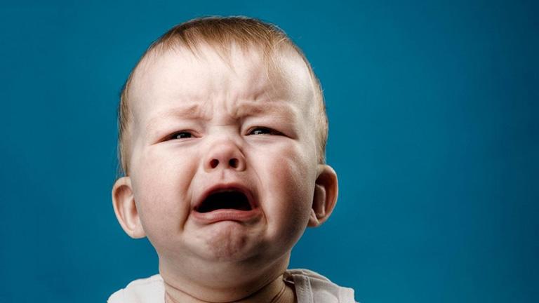 Trẻ sơ sinh thỉnh thoảng bị ho, quấy khóc, cỏ thể kèm nôn trớ và biếng ăn