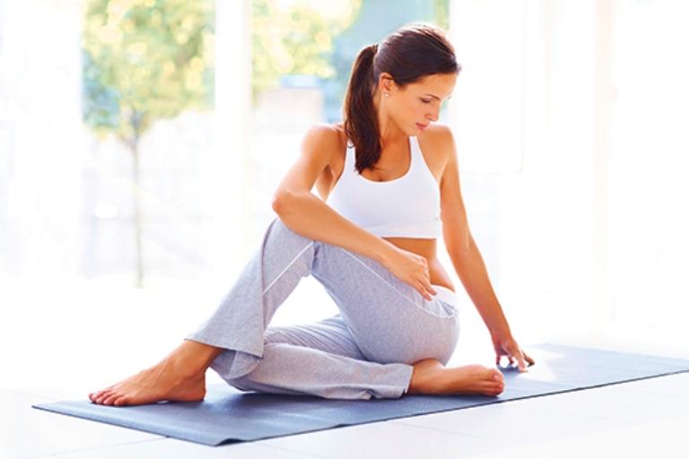Cải thiện bệnh thoái hóa khớp bằng tư thế vặn mình trong yoga