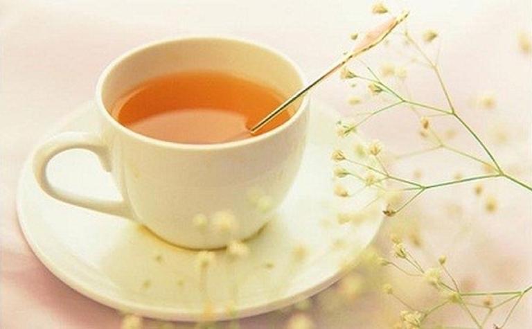 Pha mật ong với nước ấm để uống vào trước bữa ăn sáng giúp làm sạch cơ quan tiêu hoá