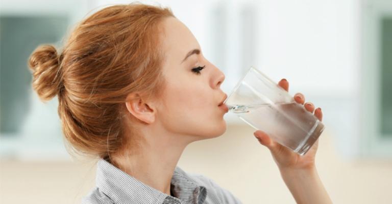 Nên uống nhiều nước để hỗ trợ điều trị và phòng ngừa viêm hang vị dạ dày phù nề xung huyêt