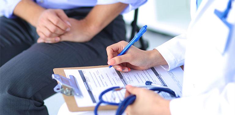 Khi thăm khám, bác sĩ sẽ căn cứ vào triệu chứng lâm sàng, cùng với đó là kiểm tra mũi và cổ họng để hỗ trợ chẩn đoán