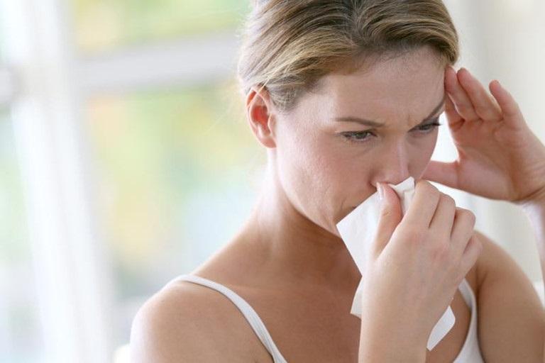 Viêm mũi dị ứng do nằm trong phòng điều hòa có nguy hiểm không?