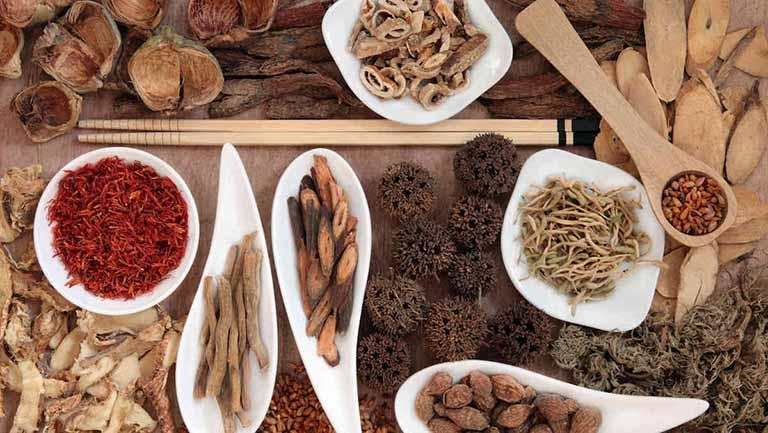 Sử dụng các thảo dược tự nhiên ít gây tác dụng phụ và an toàn cho sức khỏe