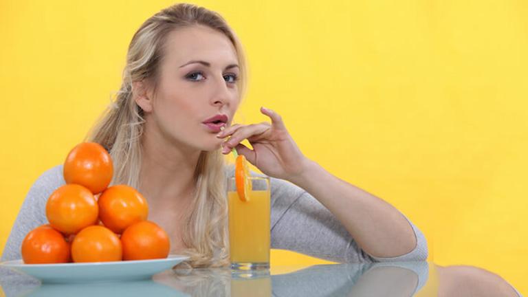 Nước cam không chỉ có hương vị thơm ngon, mà còn mang lại nhiều lợi ích cho sức khỏe