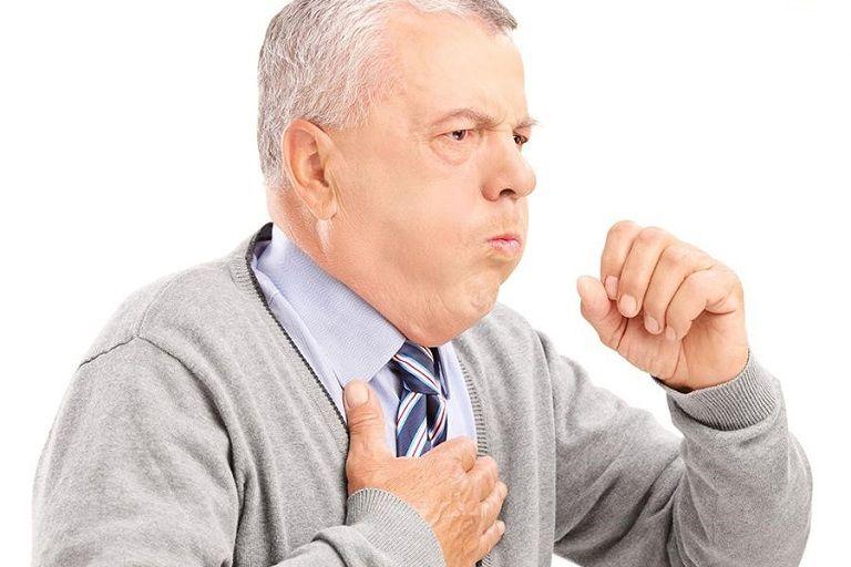 Người bệnh viêm phế quản có triệu chứng ho, đau tức ngực