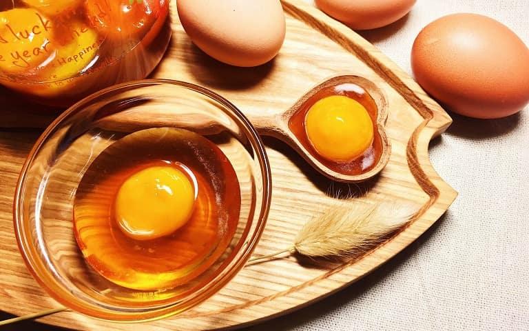 Trứng gà ngâm mật ong (Hình ảnh minh họa)