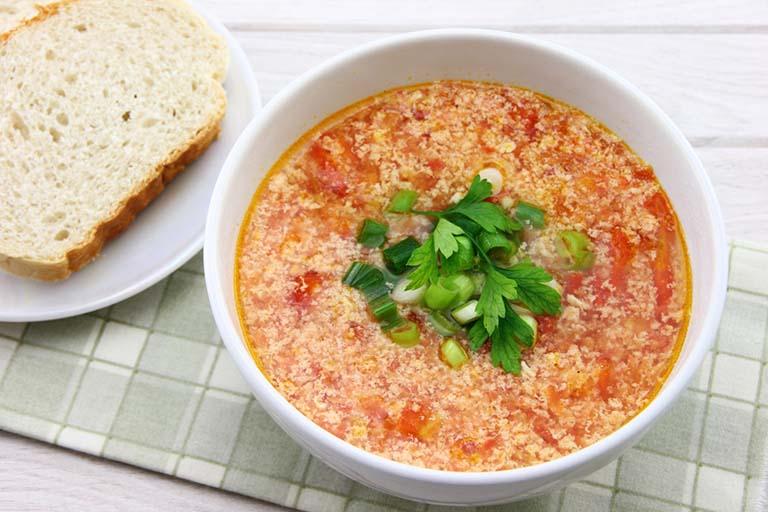 Canh cà chua trứng là món ăn ngon cho trẻ bị viêm phế quản