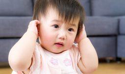 Cha mẹ cần quan sát kỹ để phát hiện viêm tai ở trẻ em