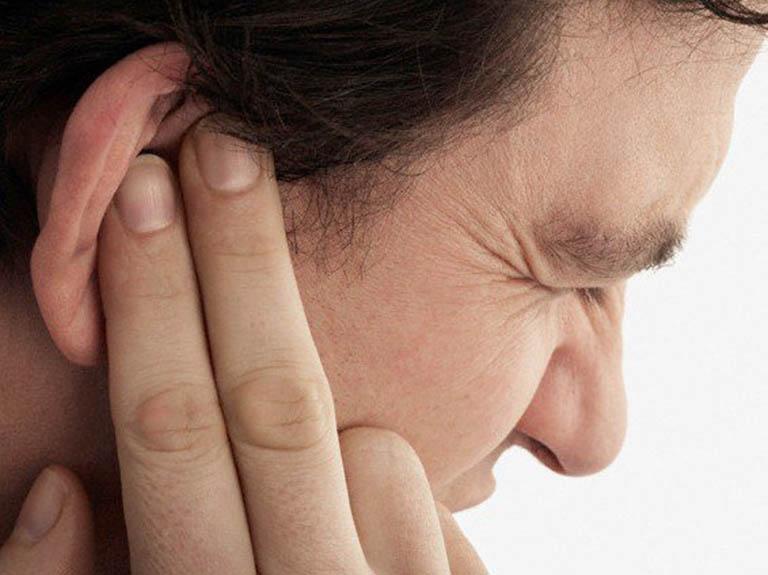 Khi bị viêm tai ngoài có mủ người bệnh sẽ phải chịu những cơn đau từ nhẹ đến nặng