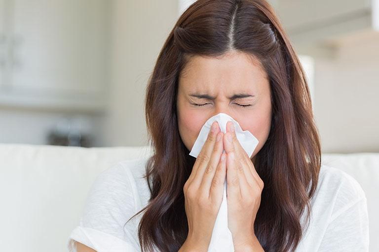 Bệnh gây ra tình trạng tắc nghẽn thanh quản và thường ảnh hưởng trực tiếp đến chất lượng giọng nói.