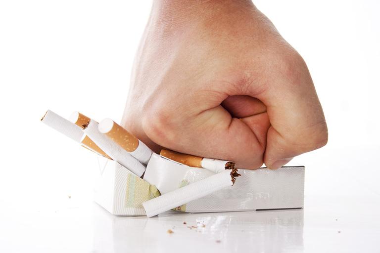 Tuyệt đối không hút thuốc lá khi đang mắc bệnh viêm thanh quản mãn tính