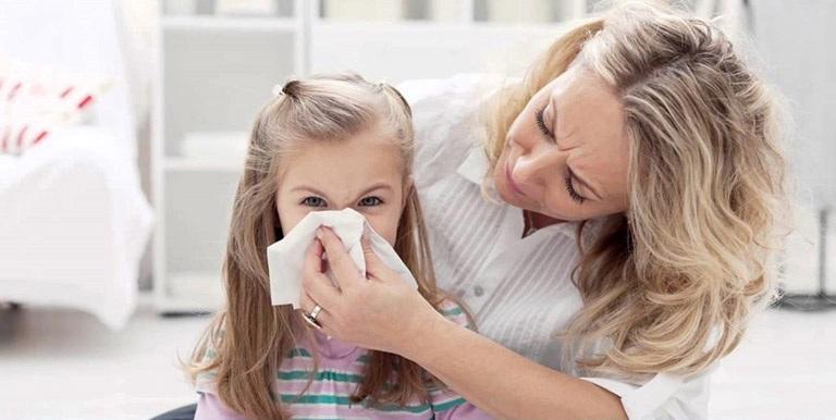 Chảy nước mũi, đau họng, ho, sốt cao là những biểu hiên của viêm thanh quản ở trẻ nhỏ
