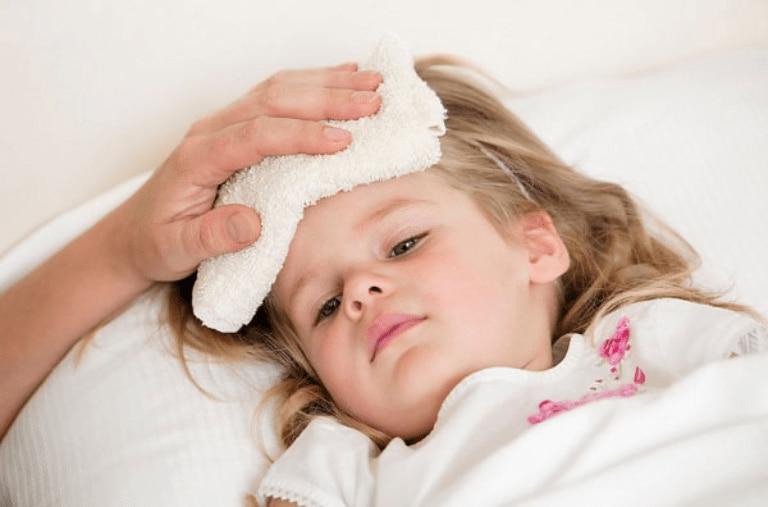 Chườm khăn ấm là một biện pháp giúp bé hạ sốt hiệu quả