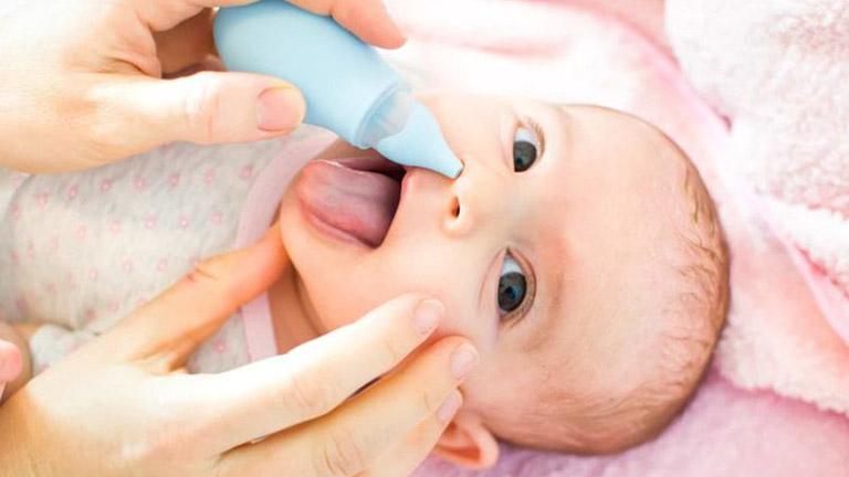 Để làm sạch nghẹt mũi, hãy thử hút mũi cho bé và nhỏ/xịt mũi bằng nước muối