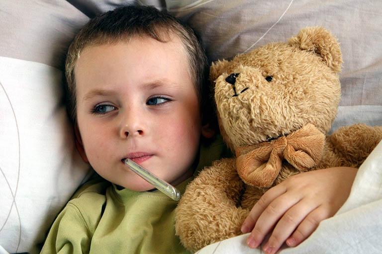 Tình trạng bội nhiễm có thể khiến trẻ bị sốt cao, mệt mỏi, đau đầu, chán ăn, khó thở và thở khò khè