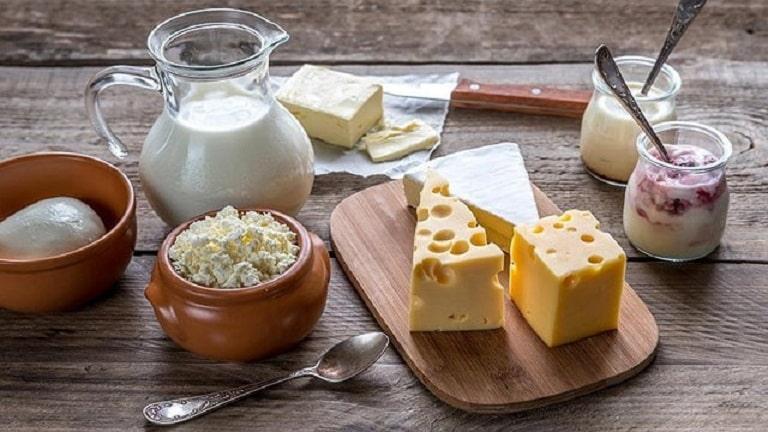 Mẹ nên kiêng ăn sữa và các chế phẩm từ sữa