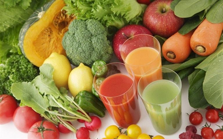 Bổ sung nhiều rau xanh và trái cây tươi trong chế độ ăn hàng ngày