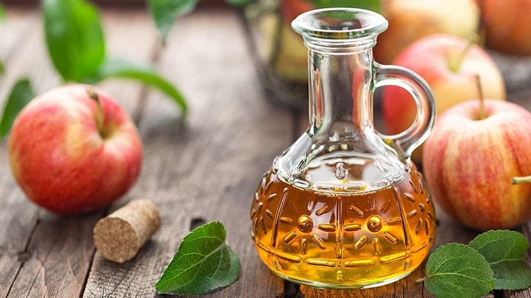 Cách chữa trị vảy nến da đầu tại nhà bằng giấm táo thực hiện rất đơn giản mà mang lại hiệu quả tốt