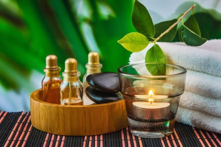 Dùng kết hợp tinh dầu thực vật với khăn bông để massage vùng cổ vai gáy chữa bệnh