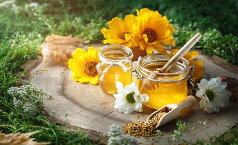 Pha mật ong với trà hoa cúc uống vào mỗi buổi tối trước khi đi ngủ giúp ngủ ngon hơn